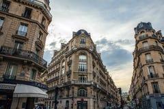 Arquitetura tradicional de construções residenciais Paris - France foto de stock