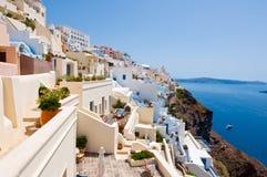 A arquitetura tradicional de Fira com construções whitewashed cinzelou na rocha na borda do penhasco Thira do caldera (Santorini) fotos de stock royalty free