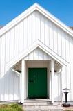 Arquitetura tradicional de madeira branca em Noruega o 20 de maio de 2014 em Gardermoen, Noruega Foto de Stock