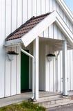 Arquitetura tradicional de madeira branca em Noruega o 20 de maio de 2014 em Gardermoen, Noruega Imagens de Stock Royalty Free