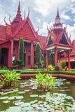 Arquitetura tradicional do Khmer e pátio bonito do Museu Nacional de Camboja, lagoa luxúria com lótus coloridos Phnom fotografia de stock royalty free