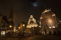 Arquitetura velha bonita do quadrado central de Riga. Noite Fotografia de Stock Royalty Free