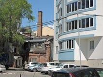 Arquitetura velha e nova de construções residenciais na cidade Rússia, Saratov - 1º de maio de 2019 foto de stock