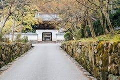Arquitetura velha japonesa do templo de Uji Koshoji em Kyoto, Japão fotos de stock