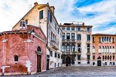 Arquitetura Venetian tradicional no sol de ajuste imagens de stock royalty free
