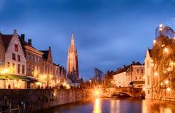 Arquiteturas da cidade de Bruges durante o Natal com luzes e os céus azuis, B Fotografia de Stock