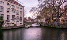 Arquiteturas da cidade de Bruges durante o Natal com luzes e os céus azuis, B Fotografia de Stock Royalty Free