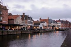 Arquiteturas da cidade de Bruges durante o Natal com luzes e os céus azuis, B Imagem de Stock