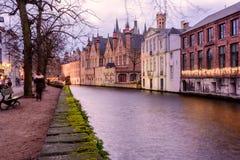 Arquiteturas da cidade de Bruges durante o Natal com luzes e os céus azuis, B Foto de Stock Royalty Free