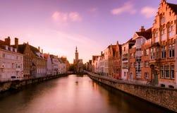Arquiteturas da cidade de Bruges durante o Natal com luzes e os céus azuis, B Imagens de Stock