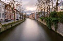 Arquiteturas da cidade de Bruges durante o Natal com luzes e os céus azuis, B Imagem de Stock Royalty Free