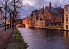 Arquiteturas da cidade de Bruges durante o Natal com luzes e os céus azuis, B Imagens de Stock Royalty Free
