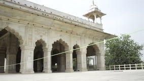 Arquiteturas de mármore brancas antigas bonitas dos interiores do forte vermelho Deli video estoque