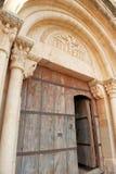 Arquitrave y friso medievales sobre puerta de la iglesia Imágenes de archivo libres de regalías