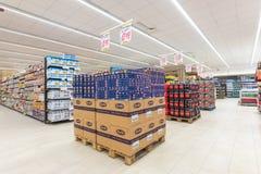 Arquivando com os produtos da natureza diferente, variedade de alimento indicada nas prateleiras imagens de stock