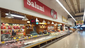Arquivar com as salsichas italianas típicas Imagens de Stock Royalty Free