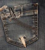 Arquivo de prego para o tratamento de mãos bolso traseiro em calças de brim rasgadas Fotos de Stock