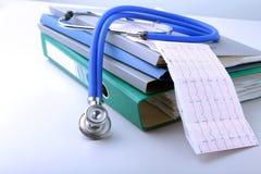 Arquivo do dobrador dos livros, estetoscópio, coração vermelho e prescrição de RX isolados no fundo branco Fotos de Stock Royalty Free