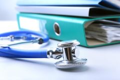 Arquivo do dobrador dos livros, estetoscópio, coração vermelho e prescrição de RX isolados no fundo branco Fotografia de Stock Royalty Free