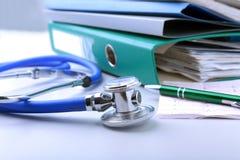 Arquivo do dobrador dos livros, estetoscópio, coração vermelho e prescrição de RX isolados no fundo branco Fotografia de Stock