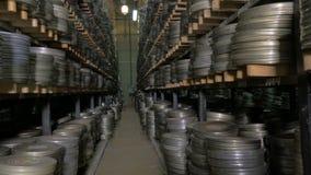 Arquivo do filme Os filmes, filme bobinam no shelfs em um arquivo velho enorme do filme video estoque
