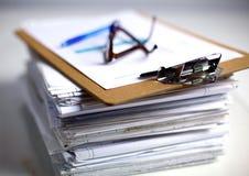 Arquivo e estetoscópio do dobrador dos livros isolados sobre Fotos de Stock Royalty Free