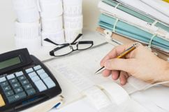 Arquivos e ferramentas da contabilidade com monóculos Conceito da auditoria imagens de stock royalty free