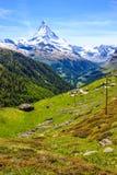 Arrástrese con vista del pueblo tradicional con el fondo icónico en día de verano, Zermatt, Suiza, Europa del pico de Cervino fotos de archivo