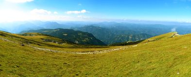 Arrástrese en el canto de las montañas austríacas Imágenes de archivo libres de regalías