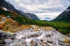 Arrástrese hasta Mt Rysy en alto Tatras, Eslovaquia Fotos de archivo