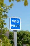 Arrêt minutent le signe - un signe minute d'arrêt pour des voitures Photos stock