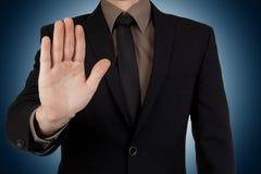 Arrêt d'apparence d'homme d'affaires ou geste de séjour sur le fond bleu Image stock
