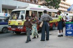 Arrêt d'autobus à l'heure de pointe, passagersd'Â de transport en commun municipal photos stock