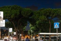 Arrêt d'autobus d'Atac devant la station de terminus, Rome, Italie photo stock