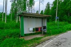 Arrêt d'autobus avec des boîtes de courrier, région de la Région des lacs, Finlande Photographie stock libre de droits