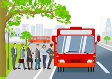 Arrêt d'autobus avec des passagers montant dans l'autobus Photographie stock