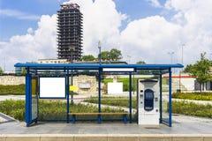 Arrêt d'autobus avec un panneau d'affichage Image libre de droits