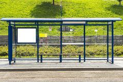 Arrêt d'autobus avec un panneau d'affichage images stock