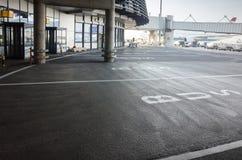 Arrêt d'autobus dans l'aéroport européen, marquage routier Photos stock