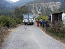 Arrêt d'autobus dans l'Inde d'uttarakhand image libre de droits