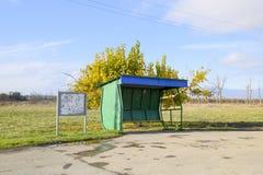 Arrêt d'autobus dans le village Le bouchon à côté de l'arbre images libres de droits