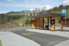 Arrêt d'autobus fait en bois Image libre de droits