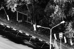 Arrêt d'autobus parmi les arbres d'automne Image stock