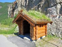 Arrêt d'autobus sur la route Rv9 Setesdalsvegen Image libre de droits