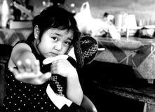 Arrêt d'exposition de petite fille, ne sentant aucune liberté Photos stock