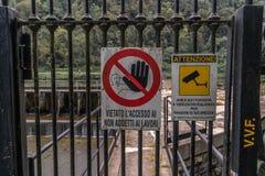 Arrêt d'interdiction de télévision en circuit fermé de signes photographie stock libre de droits