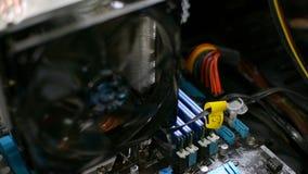 Arrêt d'un ordinateur de pesonal à l'intérieur de vue sur le mouvement de refroidisseur d'unité centrale de traitement banque de vidéos