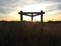 Arrêt de repos dans un domaine avec le coucher du soleil Photo libre de droits