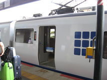Arrêt de train par la gare ferroviaire Images stock