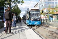 Arrêt de tram avec le tram Photographie stock